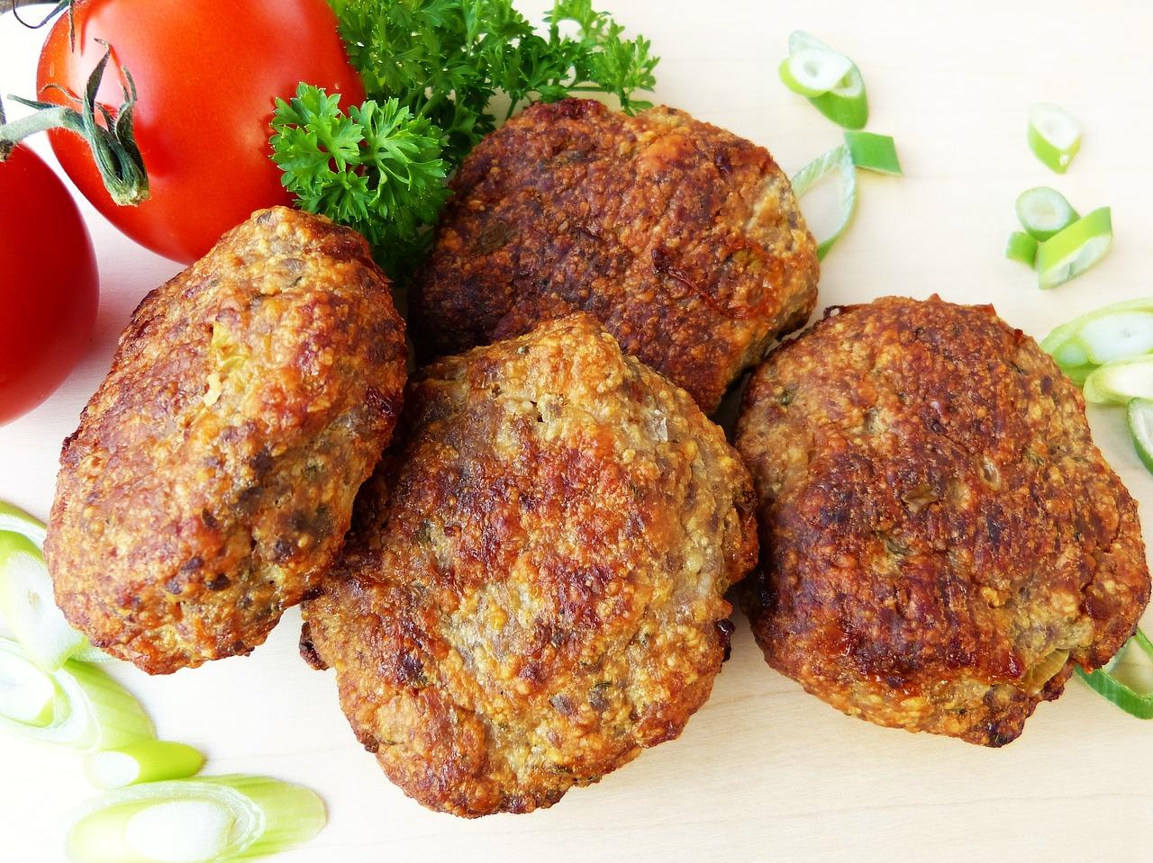 Их можно сделать из одного или нескольких мясных компонентов, овощей, хлеба, яиц, муки, манной крупы.
